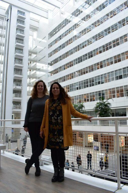 Sanne en Joyce in het gemeentehuis van Den Haag